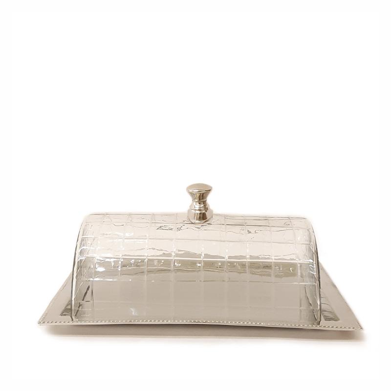 פעמון עוגה מכסה זכוכית על מגש מתכת