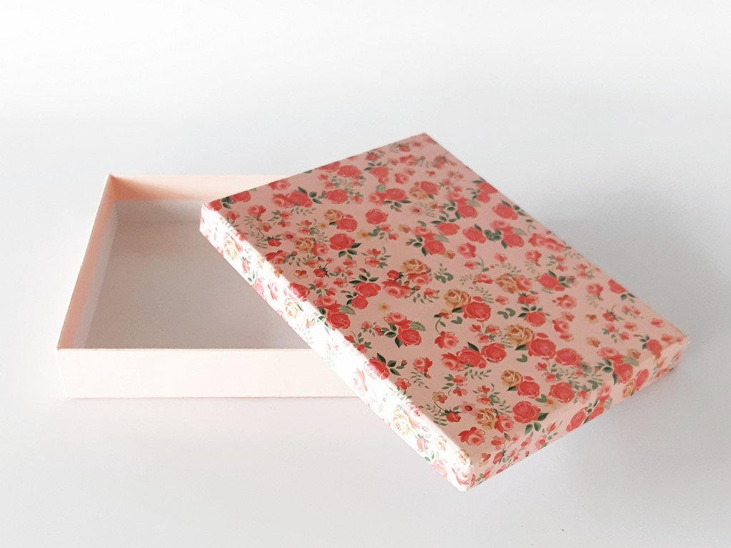 קופסת קרטון מעוצבת- ורוד פרחוני